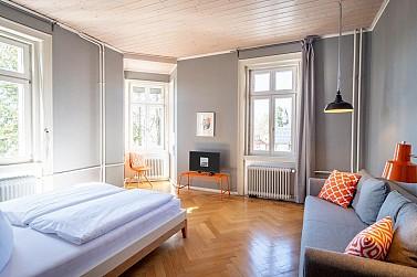 Großes Doppelzimmer mit Gartenblick